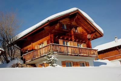 """Chalet Campanula umgeben von Schnee und """"Walliser Blau"""""""