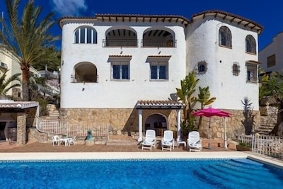 vue d'ensemble de la maison depuis la piscine