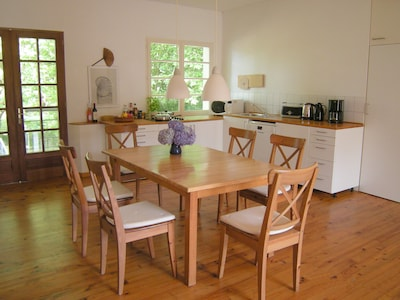 Séjour côté cuisine avec table à manger