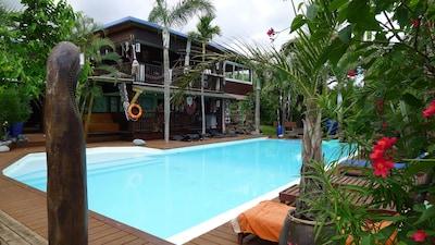 statue du Vanuatu surveillant la piscine
