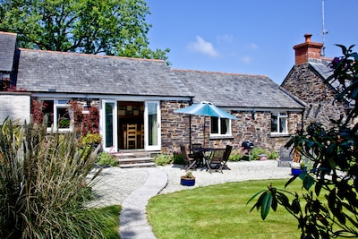 Skyber - 2 x double bed cottage with private, sunny garden