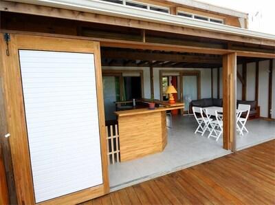 un salon bois, un bar (6/8 pers) et deux chambres (baies coulissantes), terrasse