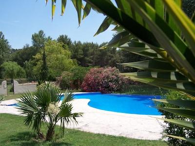 piscine du Mas , close avec accès libre par digicode .