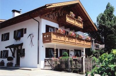 Hausansicht mit Balkon Fewo Zugspitze 1.Stock