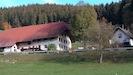 Bauernhof mit Ferienhaus im Herbst