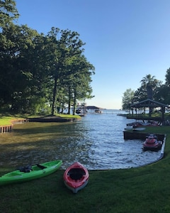 Shared cove perfect for kayaking, swimming and fishing. Jet skis not included.