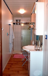 La salle d'eau du gîte 'Doubs-séjour' avec douche balnéo : 2eme étage