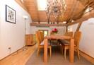 Blick von der Küche auf den Essbereich mit Lambert-Leuchter