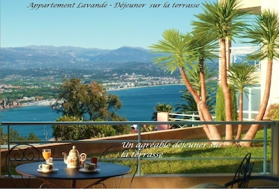 Appartement Lavande, Vue mer de la terrasse (le chêne a été coupé en 2015)