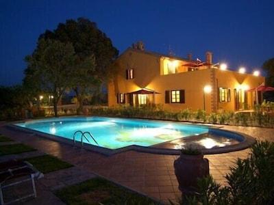 Ferienwohnung mit Pool am Abend