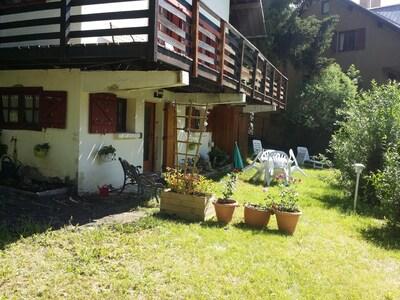 Vue sur partie B, rez de jardin avec terrasse dédiée.