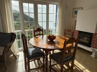 Esstisch im Wohnzimmer, 1. Stock, mit Blick auf den Atlantik und Kamin