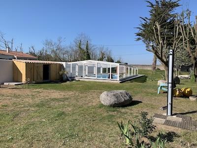 Piscine chauffée couverte, pool house, douche solaire.