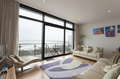 Extra height ceilings with three window outlook directly onto the sea