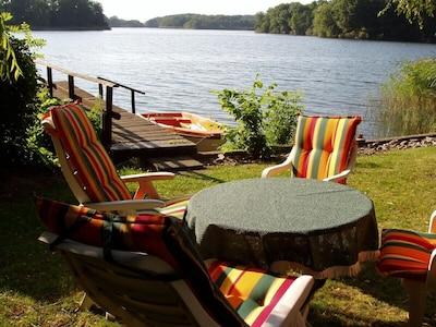 Garten und Bootssteg direkt am See