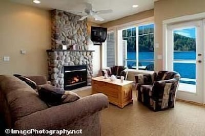 Million dollar view. Townhouse A livingroom Satellite Flat screen TV.