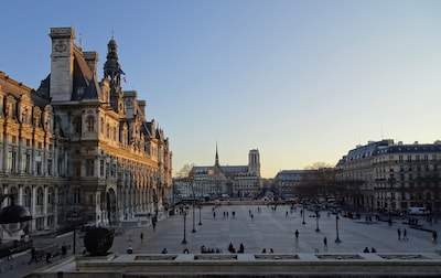 View on the Paris 's city hall place on sunset