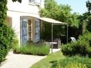 Petite terrasse côté jardin, pour profiter du coucher de soleil