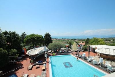 Traumhaft gelegener  Pool (17x10m) mit Bar und Blick auf den Gardasee