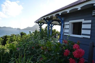 Case TURQUOISE face mer, face à la baie des Saintes