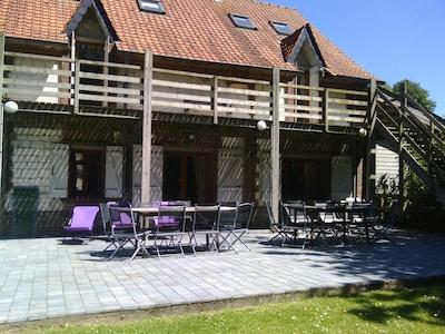 La terrasse de 100 m² avec salon de jardin pour 20 pers