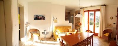 Wohnzimmer untere Wohnung mit Tür zur West-Terrasse