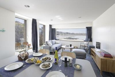 Ty mam goz : le séjour-salon, ouvert sur le jardin au sud et la mer à l'ouest