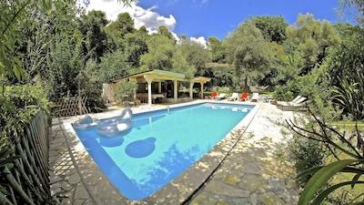 espace piscine au calme avec terrasse, cuisine et bar ombragés