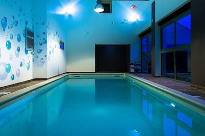 Espace bien-être avec sa piscine intérieure chauffée à 30°c pour votre séjour