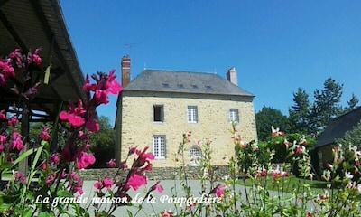 Façade et terrasse de la grande maison de la Poupardière