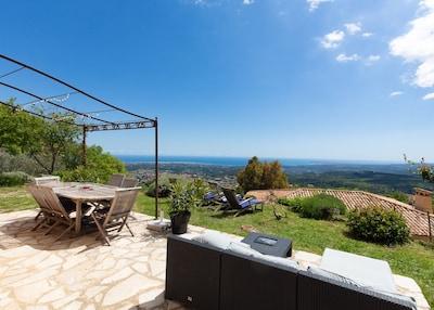 Terrasse avec une vue mer époustouflante !  / The terrace : what a view ! :-)