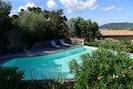 plage de la piscine avec bains de soleil