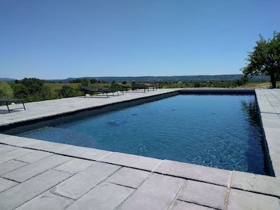 La piscine avec sa vue dégagée sur Barjac