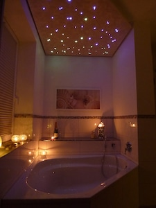 ''Elbe-Suite'' Corner bathtub with starlit sky