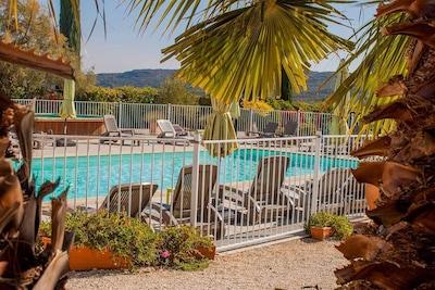 Les piscines sécurisées avec bains de soleil nominatif