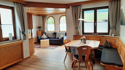 Küche - Wohnzimmer mit großer Sitzecke