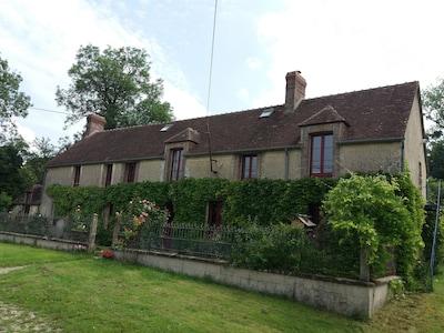 Vue de la maison. Le logement loué se situe au 1er étage (2 fenêtres de droite).