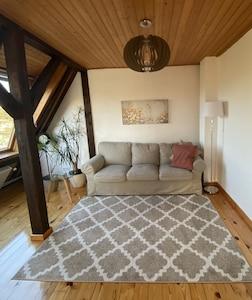 Das gemütliche, sonnige Wohnzimmer mit Kanalblick