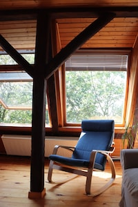 Grosse Wohnzimmerfenster mit Blick auf den Kanal