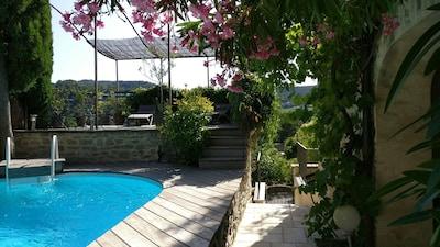 La piscine et ses lauriers roses