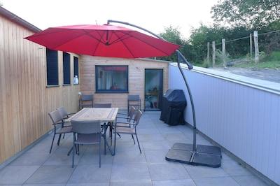 LA MAISON DE COCO terrasse à l'est avec barbecue et buanderie au fond