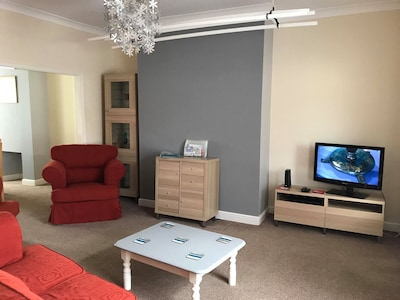 RoseHannah's Place - Roomy 2 BR Home Off Street Parking, 5 minute walk to town