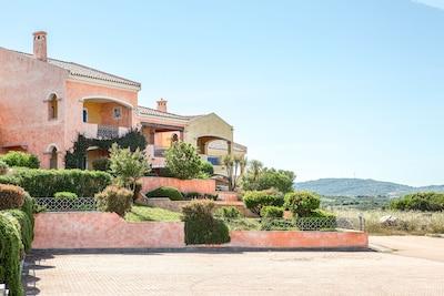 Grande Trilocale con giardino privato , Vista Mare affacciato sulla piscina