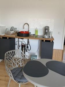 Teeküche mit zwei integrierten Kochfeldern für die kleine Küche