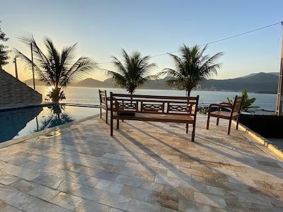 Ótima casa em condomínio fechado, com linda vista para o mar com piscina
