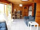 Salon -salle à manger avec accès terrasse S et cuisine, au fond à droite