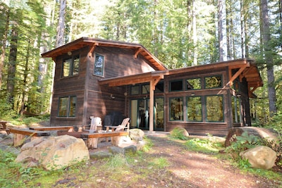 Waterfront Mtn Retreat, BBQ, Outdoor Fire Pit, Ping Pong, Hot tub!