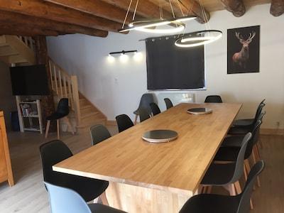 La salle à manger et sa table pouvant accueillir 14 couverts