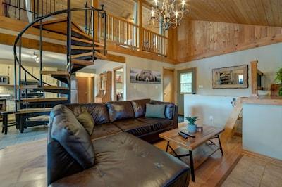 Cozy Lakehouse retreat in the Kawartha Lakes Region- short drive from Toronto!