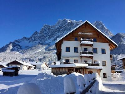 """""""Das Wetterstein"""" im Winter direkt an den Ausläufern der Zugspitze."""